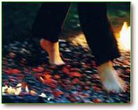 voeten wandelen over vuur